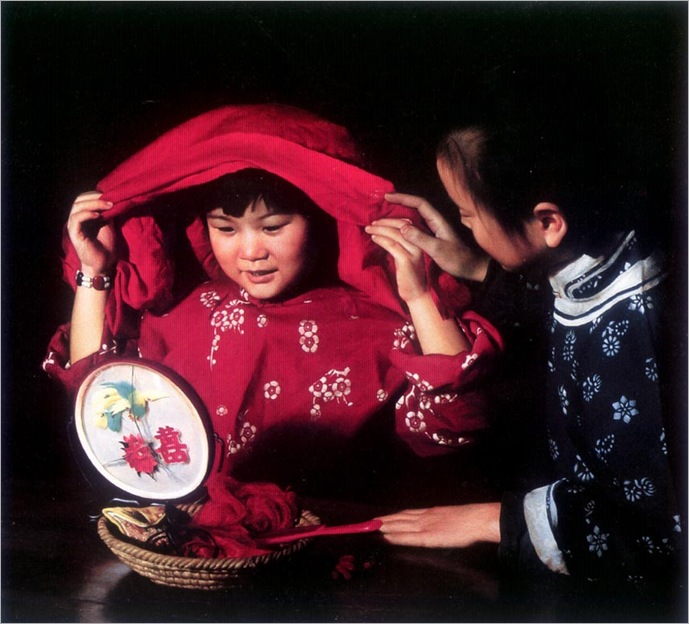 HanWuShen_children_at_night_with_red_cape